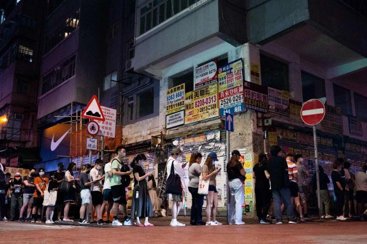 홍콩 몽콕에서 24일 새벽 주민들이 반중 매체인 빈과일보의 마지막 신문을 구매하기 위해 줄을 서 있다. 올해로 창간 26주년을 맞은 빈과일보는 홍콩 국가보안법(홍콩보안법) 시행 1주년을 엿새 앞두고 이날 폐간됐다. [이미지출처=연합뉴스]