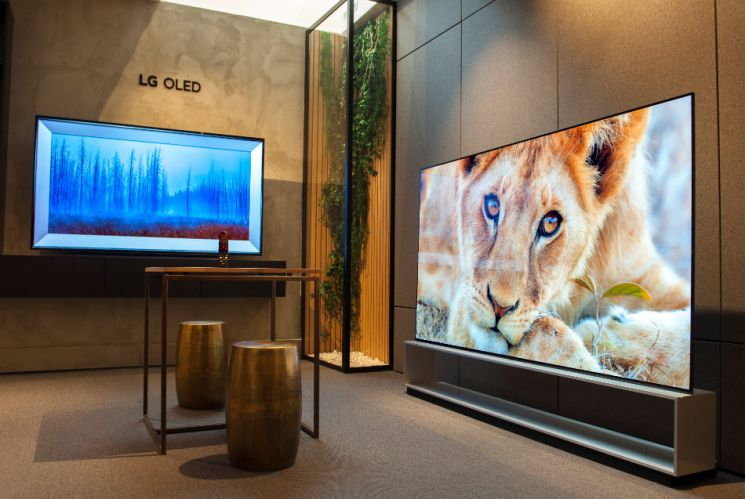 LG전자가 최근 프랑스 파리 생제르맹 거리에 올레드 TV 플래그십 매장 'LG 올레드 갤러리'를 열었다. 신규 매장 안에 LG 올레드 TV가 전시돼 있다.[사진제공=LG전자]