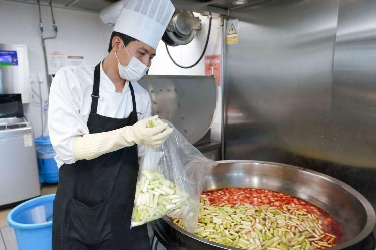 신세계푸드 센트럴 키친 직원이 제품을 납품하기 위해 음식을 조리하고 있다.