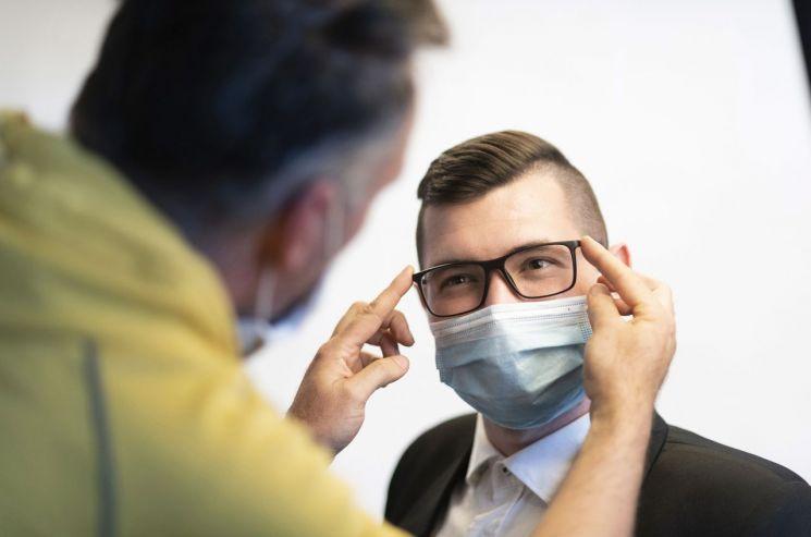 지난해 5월 헝가리의 한 사진가가 마스크를 쓴 고등학생의 졸업사진을 찍기 위해 준비하고 있다. [이미지출처=연합뉴스]