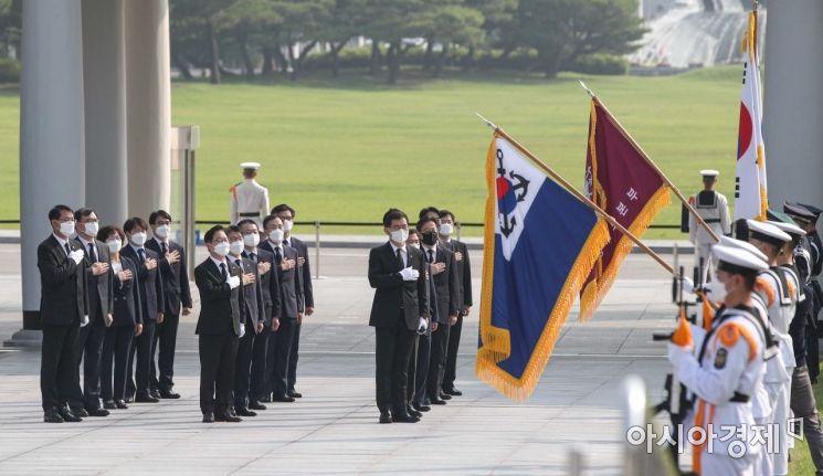 [포토]국기에 대한 경례하는 박범계 법무장관