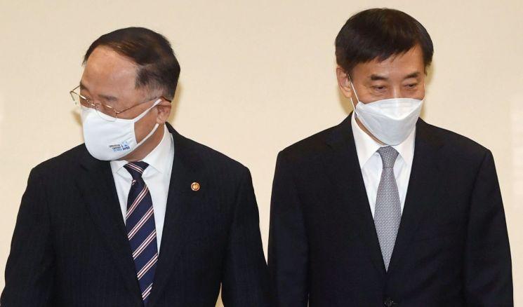 홍남기 경제부총리 겸 기획재정부 장관(왼쪽)과 이주열 한국은행 총재 [이미지출처=연합뉴스]