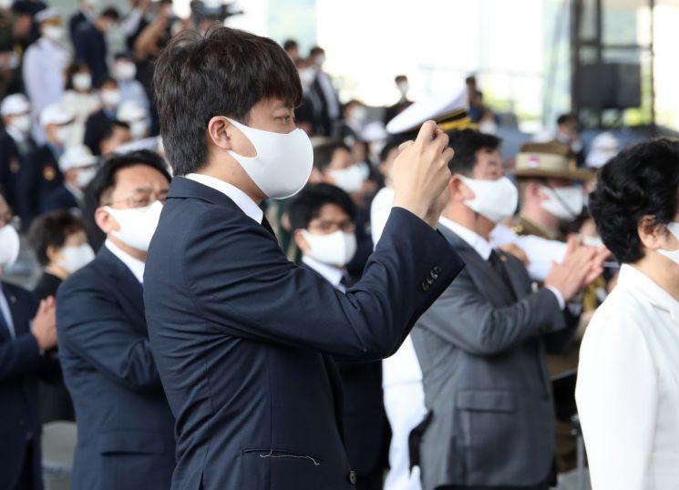 이준석 국민의힘 대표가 25일 부산 영화의 전당에서 열린 6.25전쟁 제71주년 중앙행사에 참석해 사진을 찍고 있다. [이미지출처=연합뉴스]