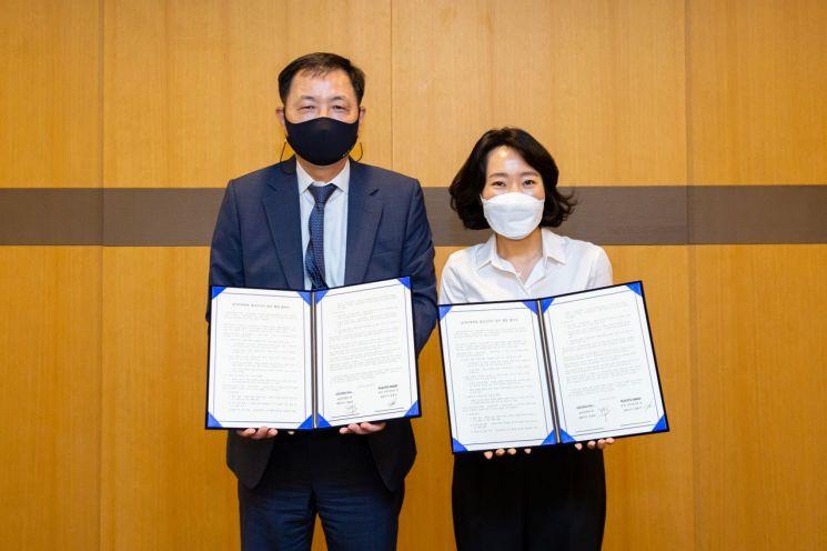 김용섭 효성티앤씨 대표(사진 왼쪽)와 왕종미 플리츠마마 대표가 28일 지분투자 협약식 후 기념촬영하고 있다. 사진제공=효성티앤씨