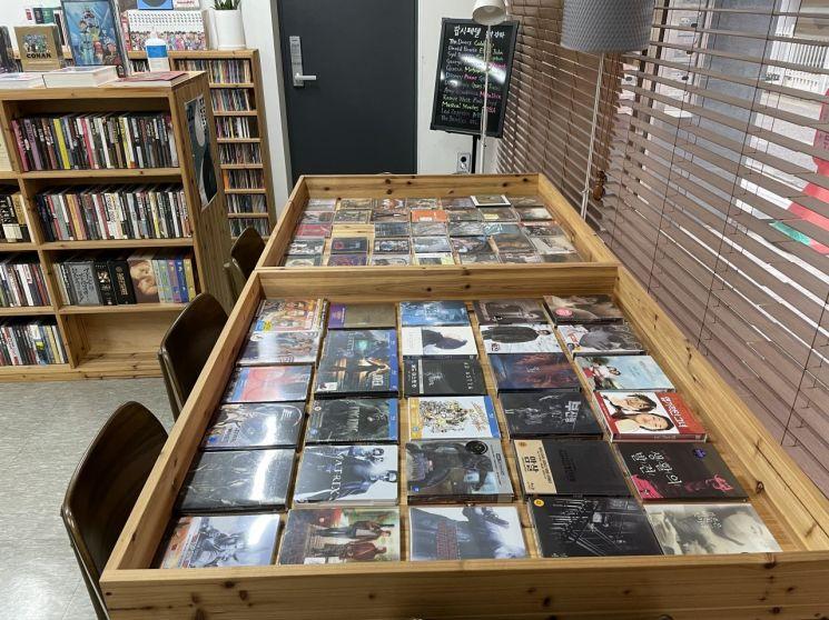 테이블에 진열되어 있는 영화 DVD. /사진=강주희 기자 kjh818@asiae.co.kr