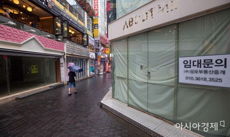코로나19 확진자 급증으로 수도권 지역의 사회적 거리두기가 연장되고 있는 가운데 서울 중구 명동 일대가 휴일에도 한산한 모습을 보이고 있다./강진형 기자aymsdream@