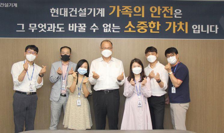 현대건설기계 공기영 대표(왼쪽에서 네 번째)와 사내 기자단이 간담회를 마친 후 기념촬영을 하고 있다./사진제공=현대건설기계