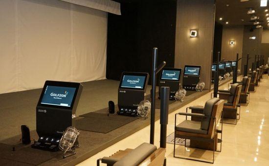 골프존은 최근 강남에 럭셔리한 인테리어를 자랑하고 개인룸을 통해 프라이빗한 연습 환경을 제공하는 GDR아카데미 100호점을 오픈했다. 사진제공=골프존