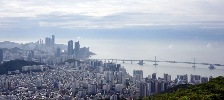 황령산에서 내려다 본 부산도심, 해운대의 고층빌딩과 광안대교가 보인다