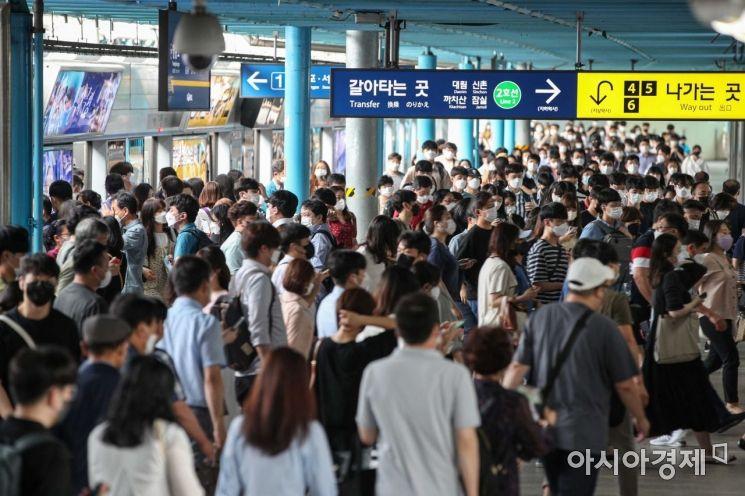 코로나19 확진자가 1000명을 넘어선 지난 9일 서울 구로구 신도림역에서 시민들이 마스크를 착용하고 출근길에 오르고 있다./강진형 기자aymsdream@