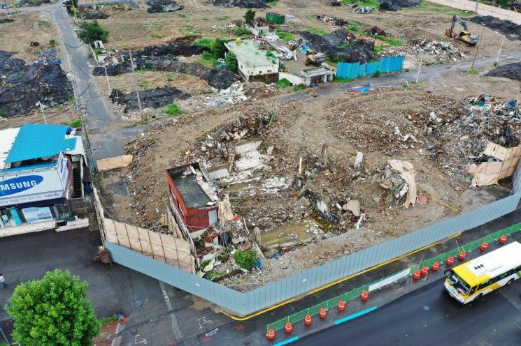 지난 6월 발생한 광주 학동4구역 재개발 철거 건물 붕괴 참사로 17명의 사상자가 발생했다. 사진은 7월8일 현장 모습.(이미지 출처=연합뉴스)