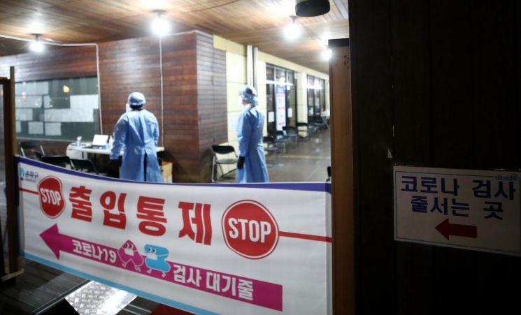서울 송파구보건소 코로나19 선별검사소에서 의료진이 분주히 움직이고 있다.[이미지출처=연합뉴스]