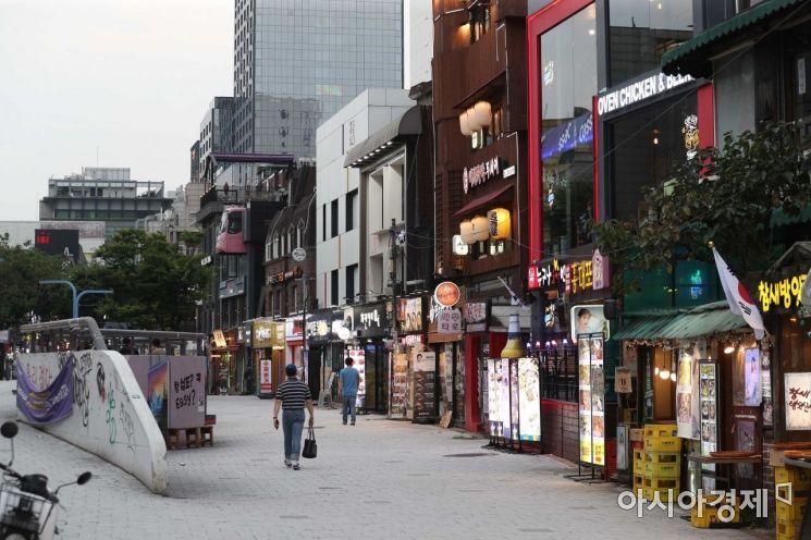 수도권 사회적 거리두기 4단계 첫날인 12일 서울 마포구 홍대 거리가 평소보다 한산하다. 4단계 조치로 오후 6시 이전에는 4명까지, 이후엔 2명까지만 모일 수 있다. /문호남 기자 munonam@