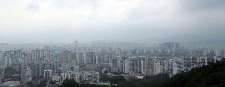 서울에서 '노도강'(노원·도봉·강북구)의 아파트값이 지난 1년간 가장 많이 오른 것으로 나타났다. 11일 KB국민은행의 월간 주택가격 동향 시계열 통계에 따르면 지난달 서울 아파트 3.3㎡당 평균 매매가는 4433만원으로, 지난해 6월(3562만원) 대비 24.4% 올랐다. 사진은 이날 오후 서울 노원구·도봉구 일대 아파트 단지 모습. <이하 사진=연합뉴스>