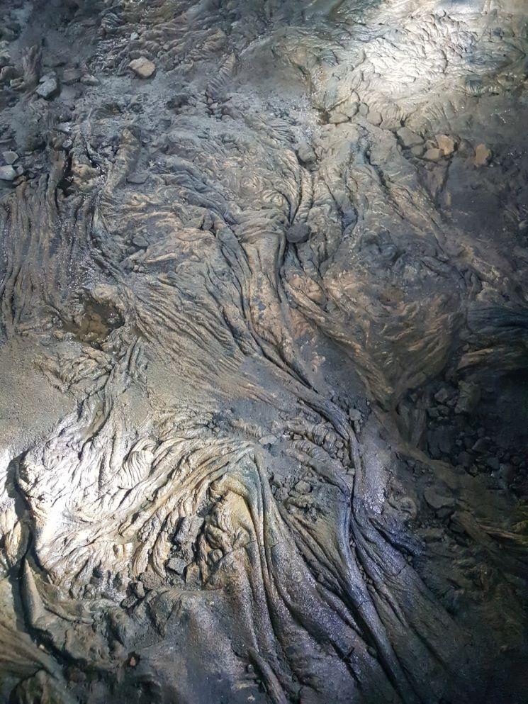 제주 '거문오름 용암동굴계'에 위치한 만장굴 비공개 지역의 바닥. 용암이 흘러간 모습을 생생히 알 수 있다.