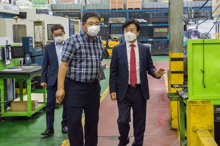 Mayor Jo Gyu-il visits SMEs [이미지출처=진주시]
