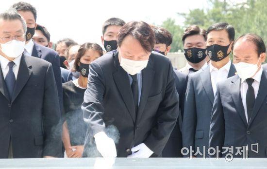 야권 대선주자인 윤석열 전 검찰총장이 17일 오전 광주 국립5.18민주묘지를 찾아 참배단에서 분향을 하고 있다.