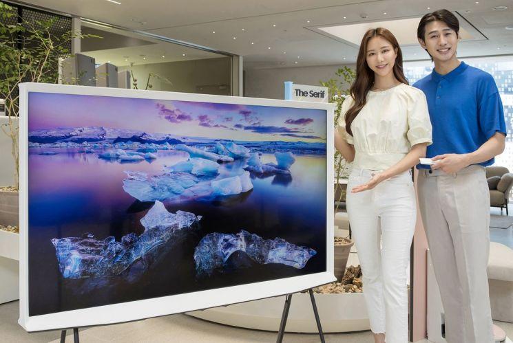 삼성전자 모델이 삼성디지털프라자 홍대점에서 유명 가구 디자이너 로낭&에르완 부훌렉 형제가 디자인한 라이프스타일 TV '더 세리프' 65형 신제품을 소개하고 있다.[사진제공=삼성전자]