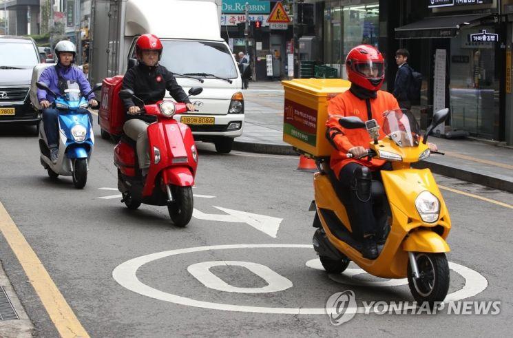 지난 2019년 서울시 한 도로를 주행하는 배달용 전기 오토바이. 사진은 기사 중 특정 표현과 관계 없음 / 사진=연합뉴스
