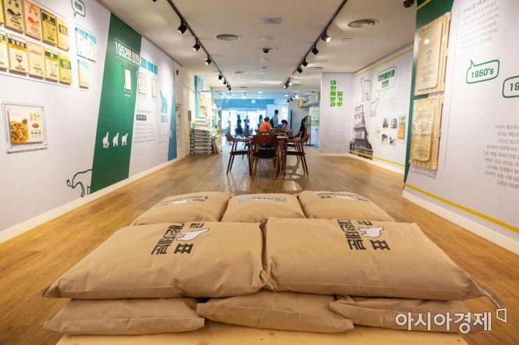 [포토]인천시립박물관에 전시된 곰표 밀가루 포대