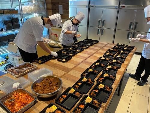 도쿄올림픽에 출전한 한국 선수단을 지원하는 대한체육회의 급식지원센터에서 20일 조리사들이 음식을 도시락 용기에 담고 있다./사진=연합뉴스 특별취재단