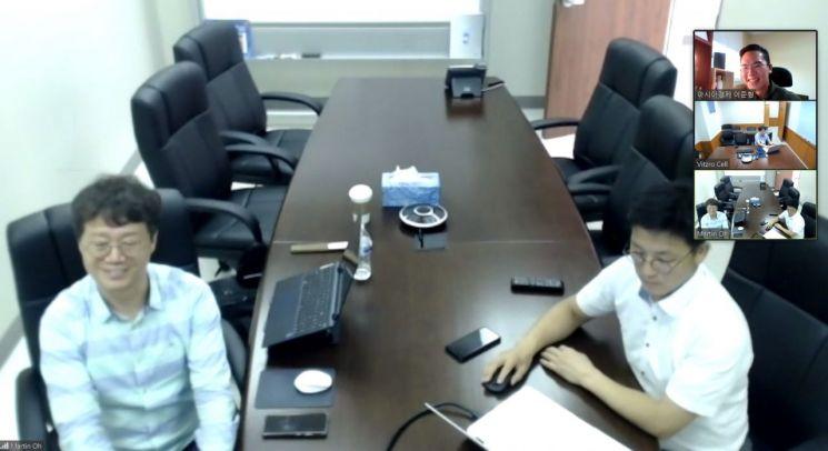 본지 이준형 기자(오른쪽 상단)와 인터뷰 중인 장승국 비츠로셀 대표(왼쪽).