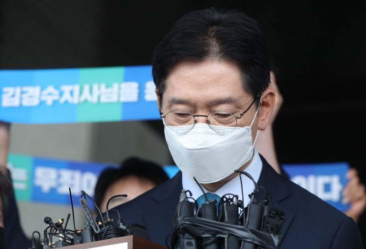 '드루킹 댓글 여론 조작' 사건에 연루돼 징역 2년이 확정된 김경수 지사가 지난 21일 경남도청에서 입장 표명 중 생각하고 있다. [이미지출처=연합뉴스]