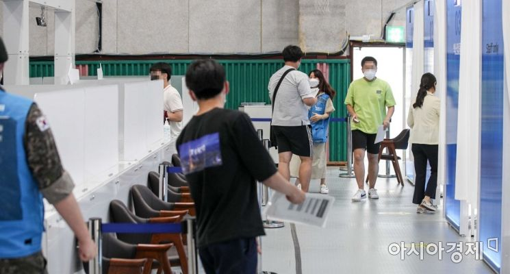 21일 서울 동작구민체육센터에 마련된 백신접종센터를 찾은 고3 수험생들이 백신을 접종하기 위해 대기하고 있다./강진형 기자aymsdream@