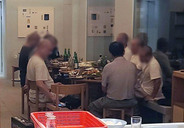 지난 19일 전남 해남의 한 사찰 승려들이 사찰 소유 숙박시설에 모여 술과 음식을 먹고 있는 모습. / 사진=연합뉴스