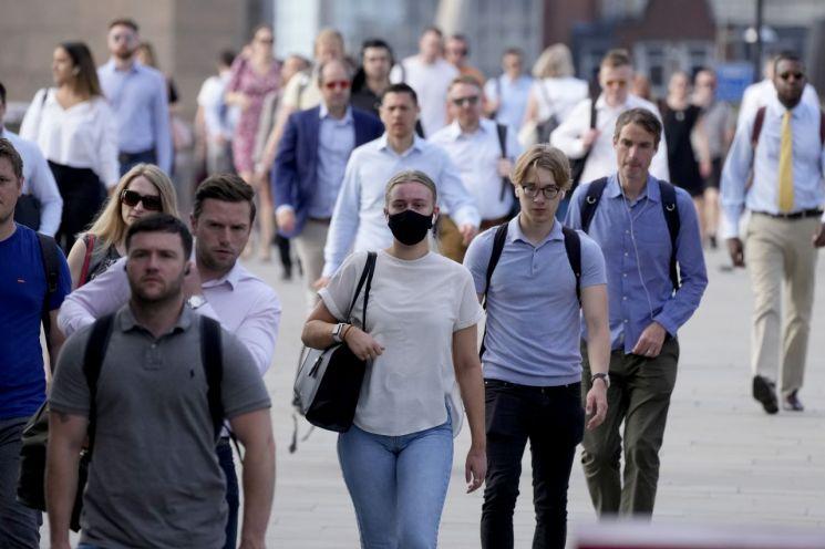 영국이 코로나19 방역 규제를 대거 푼 지난 19일(현지시간) 오전 출근 시간대에 대부분의 시민이 마스크를 착용하지 않은 채 런던브리지 위를 걸어가고 있다. [이미지출처=연합뉴스]