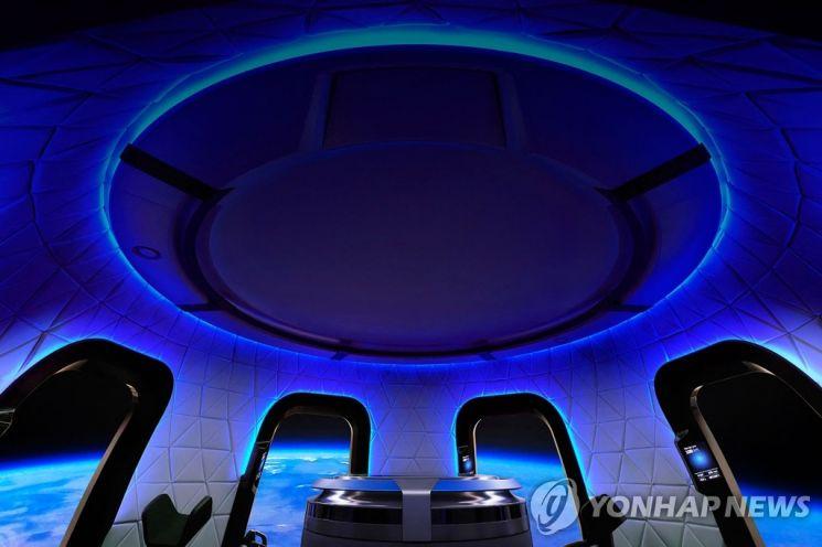 우주탐사 기업 블루 오리진의 우주 관광 로켓 '뉴 셰퍼드 유인 캡슐' / 사진=연합뉴스