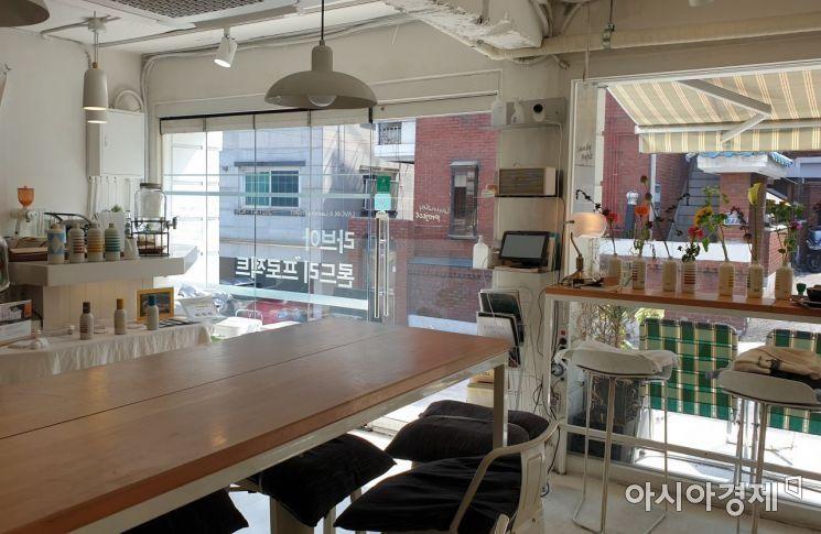'론드리 프로젝트' 내부 모습. 손님들이 앉아 이야기할 수 있는 긴 테이블이 비치돼 있다. 사진=허미담 기자 damdam@asiae.co.kr
