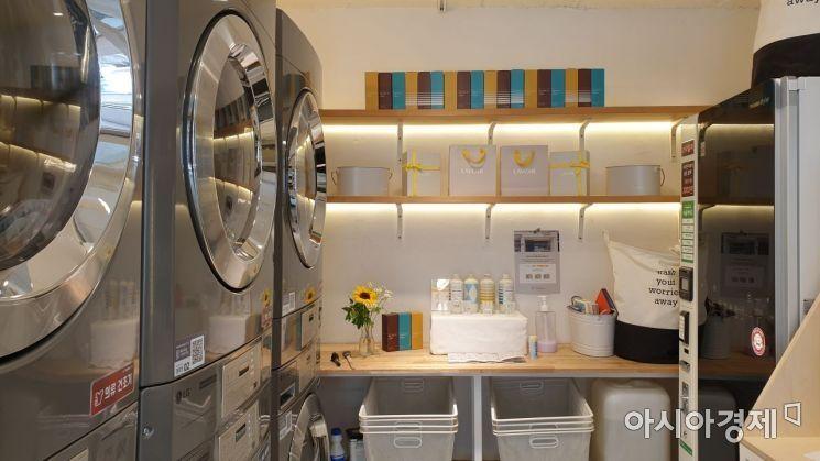 '론트리 프로젝트' 내부 빨래방. 카페 공간과 빨래방이 문으로 구분돼 있어 세탁기의 소음을 싫어하는 사람도 조용한 시간을 즐길 수 있다. 사진=허미담 기자 damdam@asiae.co.kr