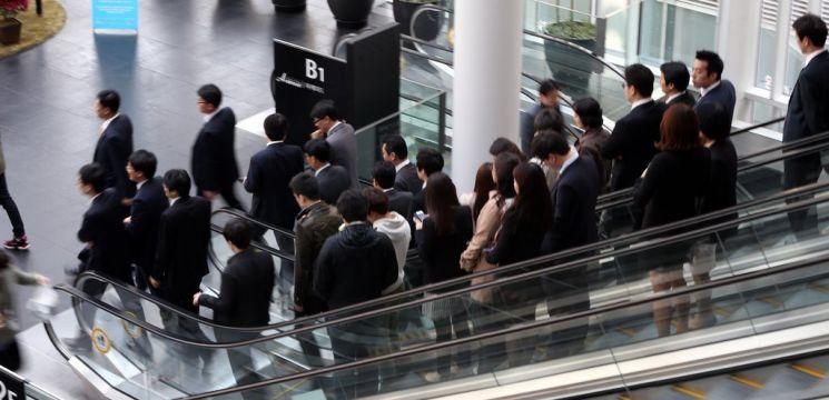 서울의 한 건물에서 직장인들이 이야기를 나누며 점심 식사를 위해 외출하고 있다. /사진=연합뉴스