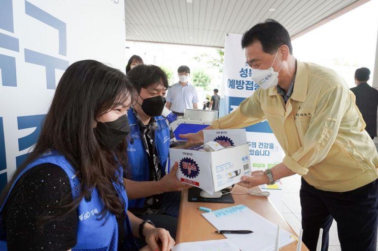 이승로 성북구청장이 22일 선별진료소를 순회 방문하면서 성북구 직원이 준비한 선별검사소 관계자를 위한 응원 간식을 전달하고 있다.