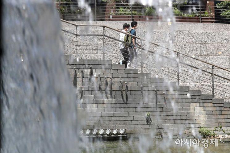 1년 중 가장 덥다는 절기 '대서'인 22일 서울 청계천을 찾은 시민들이 더위를 식히고 있다. /문호남 기자 munonam@
