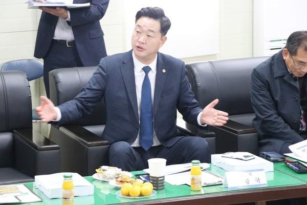 나광국 도의원이 지난 20일  주민설명회에 참석해 '남악∼임성 간 도로 확·포장 공사가 조기 착공이 필요하다고 설명하고 있다, / ⓒ 아시아경제