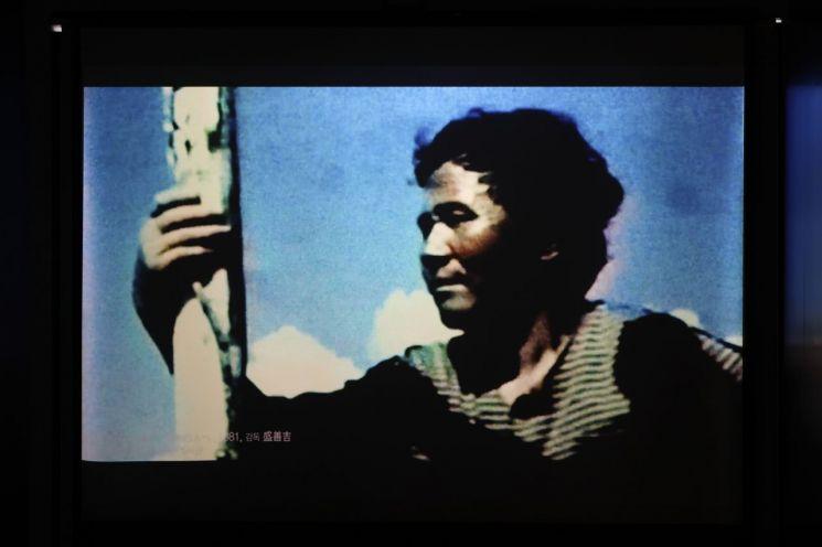 지난 16일 오전 서울 용산구 식민지역사박물관에서 열린 '피해자의 목소리를 기억하라, 강제동원의 역사를 전시하라'는 주제의 전시에서 하시마(군함도) 탄광으로 강제동원된 고(故) 서정우씨 등의 영상이 최초로 공개되고 있다. [이미지출처=연합뉴스]