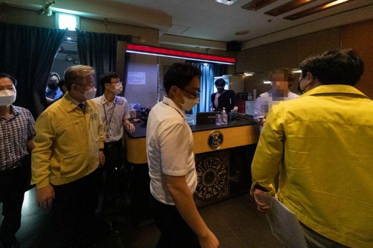 이재명 경기도지사(맨앞쪽 왼쪽 두번째)가 단속 공무원들과 함께 밤10 이후 영업을 하던 안양 소재 유흥주점을 적발, 해당 업소 업주 등과 위반사항 등에 대해 이야기하고 있다.