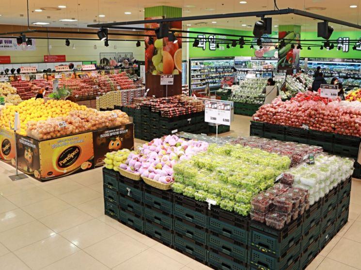 롯데마트는 오는 28일까지 홈캉스족을 위해 과일, 채소, 소고기 등 다양한 먹거리 행사를 진행한다.