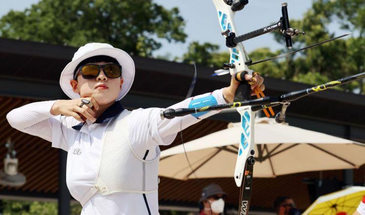 양궁 국가대표 안산이 23일 일본 유메노시마 공원 양궁장에서 열린 도쿄올림픽 여자 개인전 랭킹라운드에서 경기를 펼치고 있다. [이미지출처=연합뉴스]