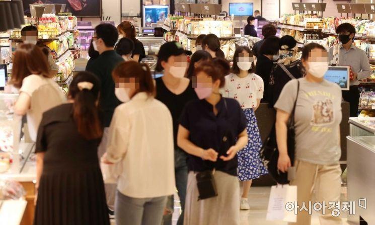 폭염의 기세가 꺾이지 않고 있는 23일 서울 시내 한 백화점을 찾은 시민들이 쇼핑을 즐기고 있다. /문호남 기자 munonam@