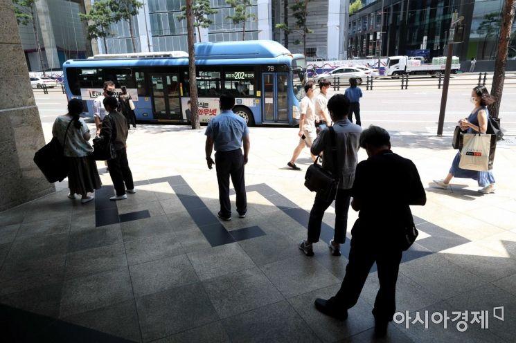 폭염이 맹위를 떨친 23일 서울 시내 한 버스정류장에서 시민들이 그늘에서 버스를 기다리고 있다. /문호남 기자 munonam@