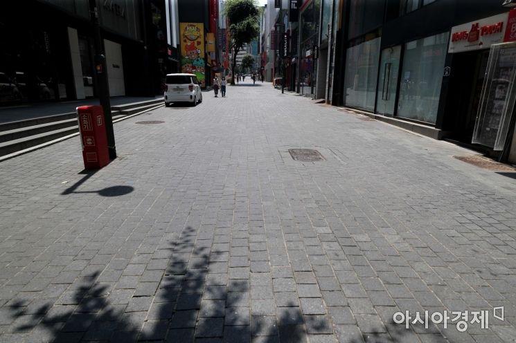 불볕더위가 절정에 달한 23일 서울 명동 거리가 썰렁하다. /문호남 기자 munonam@