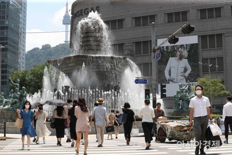 서쪽지역을 중심으로 37도 안팎의 폭염이 나타난 23일 서울 중구 한국은행 분수대에서 시민들이 더위를 식히고 있다. /문호남 기자 munonam@