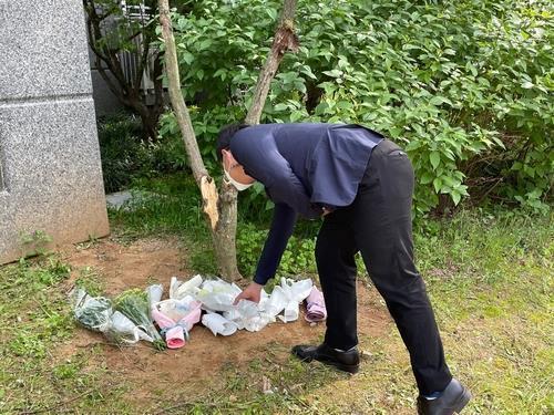 충북 청주의 한 아파트에서 숨진 채 발견된 여중생들을 추모하기 위해 한 시민이 꽃다발을 내려놓고 있다./사진=연합뉴스