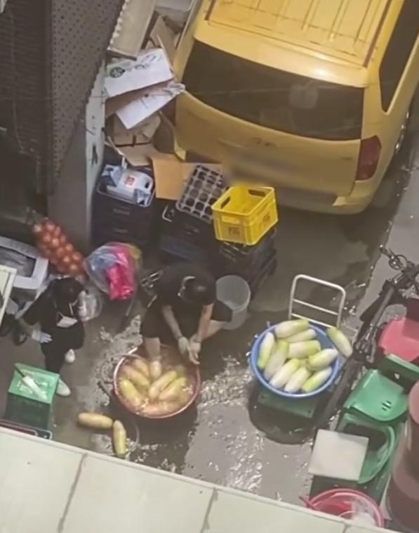 비위생적인 무 세척으로 온라인상에서 누리꾼들의 지탄을 받은 서울 서초구 방배동 족발집 영상. /사진=온라인 커뮤니티