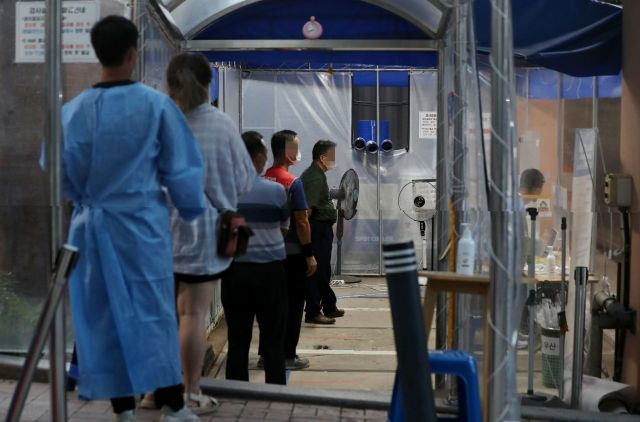 21일 저녁 서울 관악구보건소에 마련된 코로나19 선별진료소를 찾은 시민들이 검체 검사를 위해 대기하고 있다. (사진=연합뉴스)