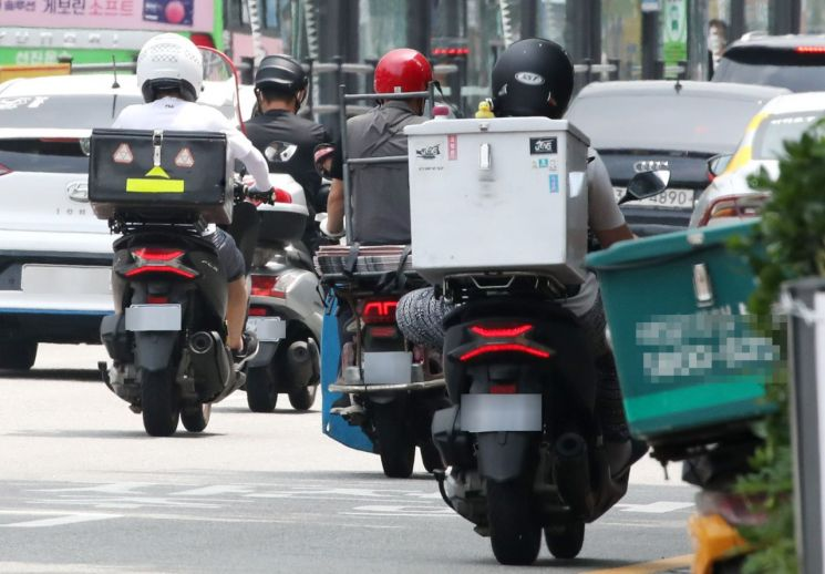 배달 오토바이 기사들이 분주히 도심을 누비고 있다. 사진은 기사 중 특정 표현과 관련 없음 / 연합뉴스