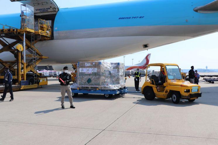 22일 오후 인천국제공항에서 관계자들이 우리 정부가 미국 제약사 모더나와 직접 계약한 코로나19 백신을 옮기고 있다. [이미지출처=연합뉴스]